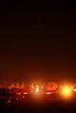 La croix avec le feu illuminent dans la nuit. Photographie stock libre de droits