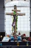 La croix a consacré au ciel cent, place de Maidan, Kiev Photos libres de droits