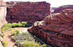 La croix d'oxyde de fer a enfoncé le grès de Canyon de Chelly Photos libres de droits