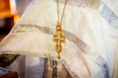 La croix d'or sur le costume de prêtre, concept chrétien image libre de droits