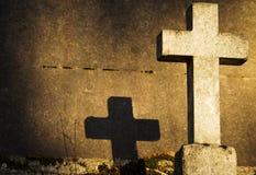 La croix d'une tombe dans le cimetière de Père Lachaise Image stock