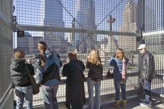 La croix de vue de foules au commerce mondial domine site commémoratif pour le 11 septembre 2001, New York City, NY Photographie stock libre de droits