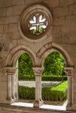 La croix du Christ dans le cloître de Dom Dinis dans le monastère d'Alcobaça Photographie stock libre de droits