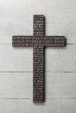 La croix en bois avec a découpé la prière du ` s de seigneur sur le fond en bois porté blanc Images stock