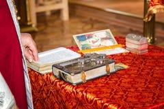 La croix sur la bible Photographie stock