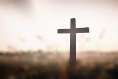 La croix sur le coucher du soleil Photographie stock libre de droits