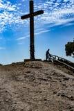 La croix sur le dessus de la montagne images libres de droits