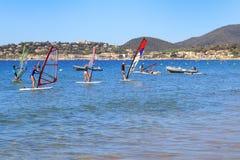 LA CROIX VALMER, DE PROVENCE, FRANKRIJK - AUGUSTUS 23 2016: Mensen die aan windsurf bij La Croix Valmer, op Franse Riviera leren Royalty-vrije Stock Foto's
