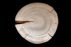 La croix a vu pour couper le pin avec de nombreux anneaux annuels et fissures sur le blac photographie stock