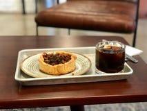 La crostata di verdure casalinga della quiche con i condimenti ed il caffè freddo di miscela al caffè comperano/ristorante immagini stock