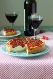 La crostata, la torta o la torta di formaggio con la ricotta ed i pomodori, sono servito con vino rosso su un fondo di legno immagini stock