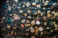 La croyance dans la sainteté a laissé tomber une pièce de monnaie dans l'eau Photo stock