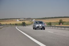 La cruce de plata monta la carretera En la distancia se ve la bobina del camino del camino imagen de archivo libre de regalías