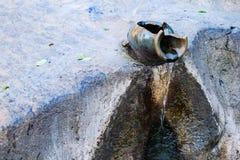 La cruche d'argile, l'eau est baisse de cruche d'argile dans le jardin photo stock