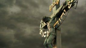 La crucifixión La cruz cristiana con Jesus Christ crucificó almacen de metraje de vídeo