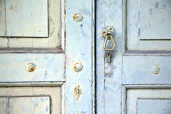 La cruz abstracta cerró el venegono de madera Varese Italia de la puerta Imagen de archivo libre de regalías