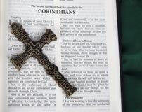 La cruz antigua compleja con los Corinthians versifica en Sagrada Biblia Imágenes de archivo libres de regalías