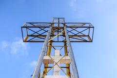 La cruz con el cielo azul y la nube imagen de archivo libre de regalías