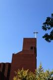 La cruz de la iglesia debajo del cielo azul Imagen de archivo