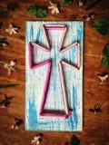 La cruz del hilado y los clavos con una decoración pintada vieja de madera y de la flor Fotografía de archivo