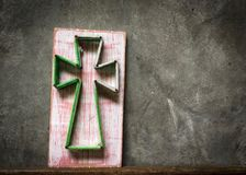 La cruz del hilado y los clavos con una madera pintada vieja Fotos de archivo libres de regalías