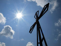 La cruz en el fondo del cielo claro en el Biaklo superior (o M Fotografía de archivo