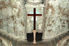 La cruz en la iglesia quemada Fotografía de archivo