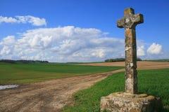La cruz entre los pueblos Frémainville y Longuesse Imagen de archivo libre de regalías