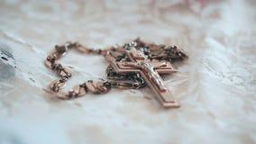 La cruz grande con la imagen de la crucifixión a la decoración del sacerdote almacen de metraje de vídeo