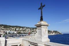 La cruz hecha del hierro en la costa de mar en Niza Fotografía de archivo libre de regalías