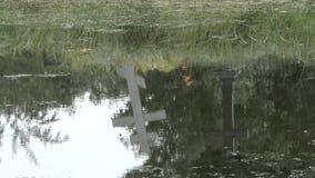La cruz se refleja en el agua HD almacen de video