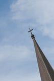 La cruz sobre la iglesia imagen de archivo