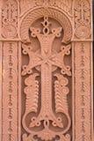 La cruz talló en la piedra roja - iglesia armenia Fotografía de archivo