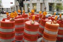 La cuadrilla de construcción de carreteras barrels el colgante alrededor de la esquina de calle Foto de archivo libre de regalías