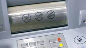 La cubierta cercana de la ranura del cajero automático de la visión se abre y la mujer toma el billete de banco almacen de metraje de vídeo