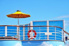 La cubierta de Sun con el paraguas, los sunbeds y el rescate suenan en un barco de cruceros Imágenes de archivo libres de regalías