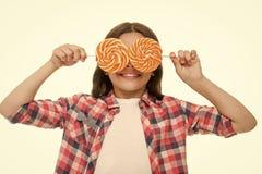 La cubierta divertida del niño observa con las piruletas aisladas en blanco Muchacha con los ojos del caramelo Manera del verano  foto de archivo