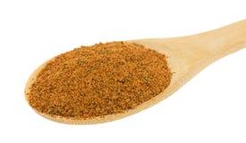 La cuchara de madera llenó de los ingredientes secos del adobo de la pimienta del chipotle Foto de archivo