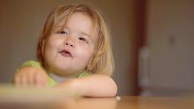 La cuchara feliz del beb? se come Consumici?n del beb? La cuchara feliz del beb? se come childcare El ni?o feliz desayuna almacen de metraje de vídeo