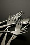 La cuchara y la fork brillantes del metal en fondo negro Fotos de archivo libres de regalías