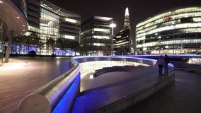 La cucharada de más orilla de Londres por noche almacen de video