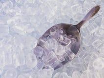 La cucharada y el hielo imagen de archivo libre de regalías
