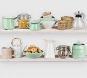 La cucina accantona l'interno con gli utensili e gli ingredienti alimentari su bianco Immagine Stock