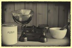 La cucina antica riporta in scala il mortaio & il pestello della farina Fotografie Stock Libere da Diritti