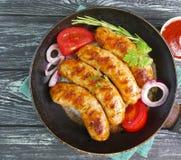 la cucina arrostita tradizionale su una pentola, il pomodoro, cipolla di appetito della salsiccia, arrostisce col barbecue rustic Immagini Stock