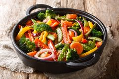 La cucina asiatica ha fritto le verdure con il primo piano in una padella, orizzontale del sesamo fotografia stock