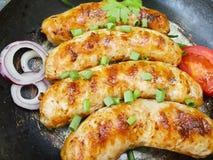 la cucina calda tradizionale su una pentola, il pomodoro, cipolla di appetito della salsiccia, arrostisce col barbecue rustico su Fotografie Stock