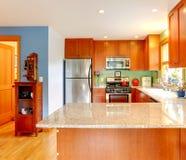 La cucina con le cime del granito e la parte posteriore di verde spruzzano Fotografia Stock Libera da Diritti
