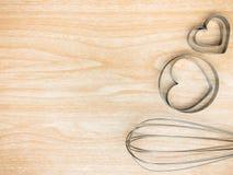 La cucina dell'utensile inossidabile e sbatte per la cottura sul fondo di legno Spazio bianco della copia di vista superiore Fotografia Stock Libera da Diritti