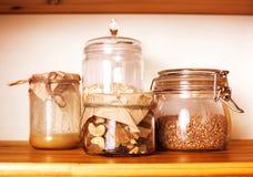 La cucina di legno della comodità reale con gli ingredienti della prima colazione si chiude su fotografia stock libera da diritti